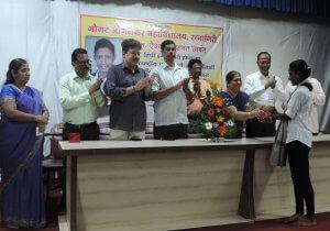 Aishwarya Sawant with Chairman Shilpatai Patwardhan, Satish Shevde, Chandrashekhar Kelkar, Principal Dr. Kishor Sukhtankar