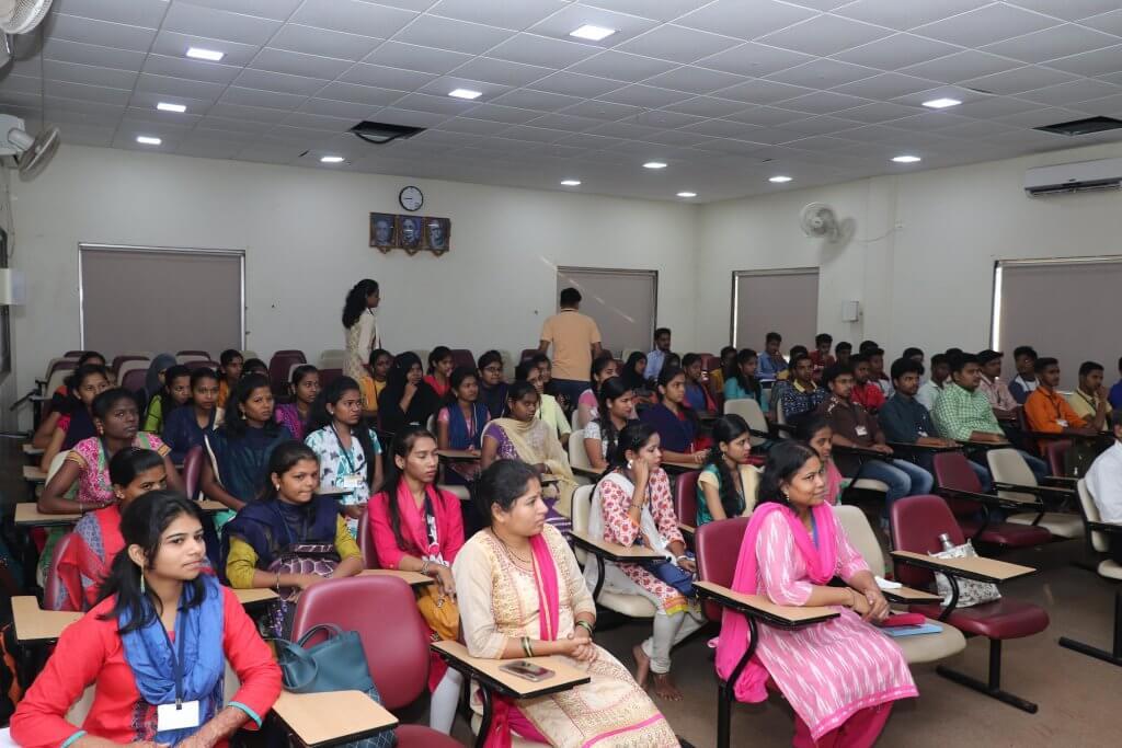 गोगटे जोगळेकर महाविद्यालयात डॉ. अरुणा ढेरे यांचा विद्यार्थ्यांशी संवाद
